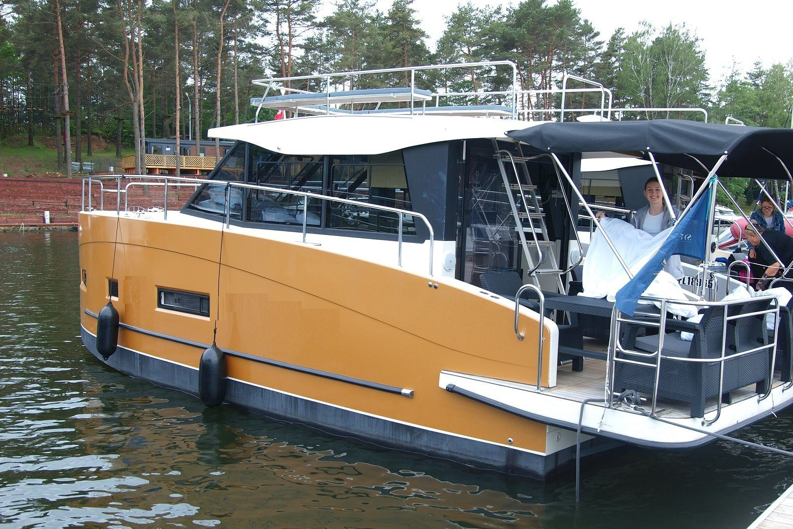 displacement hull houseboat