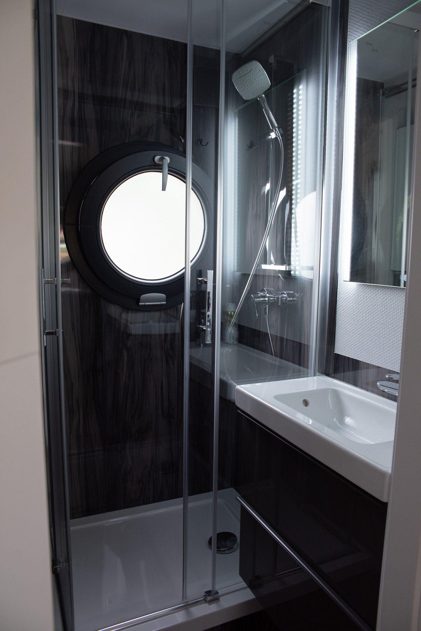apartboat l bathroom