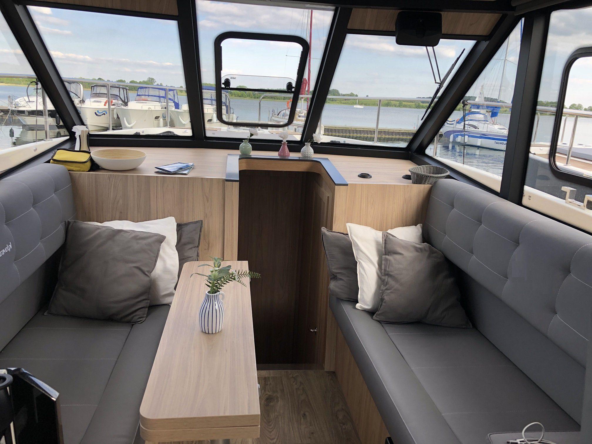 futura 40 saloon motor yacht
