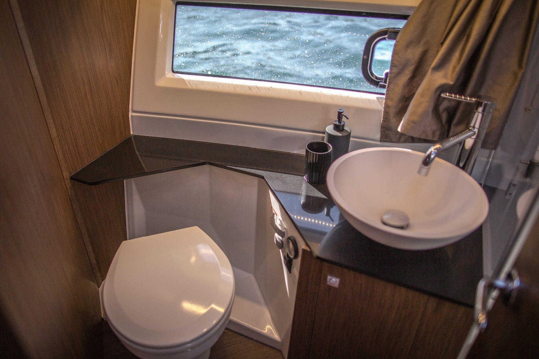 merry fisher 1095 fly motor boat toilet
