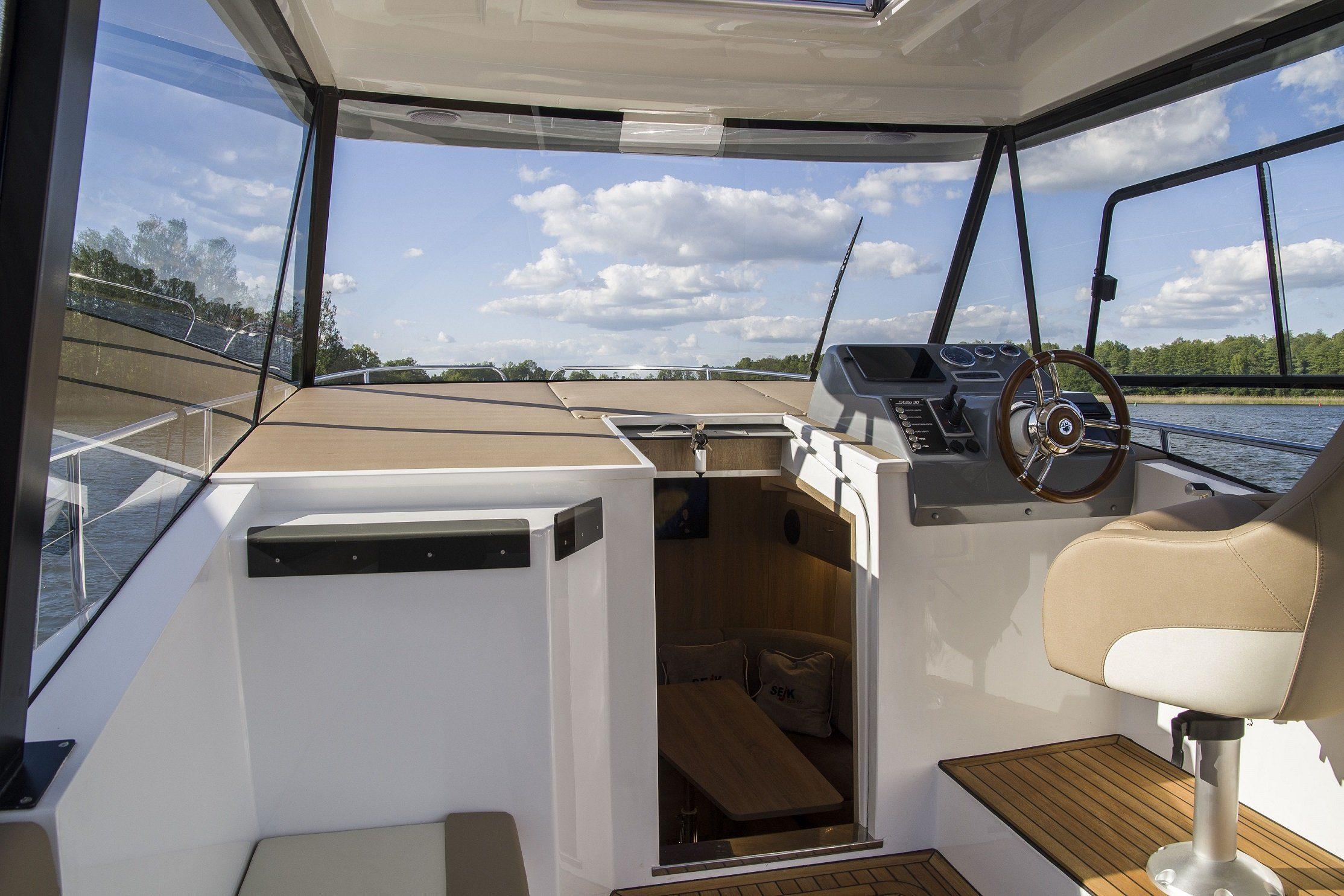 Stillo 30 luxury boat cockpit