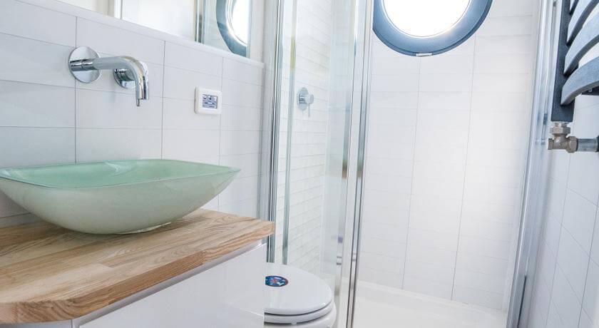 apartboat xl bathroom