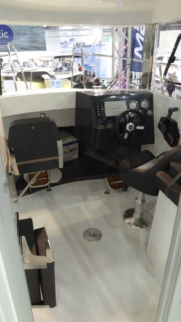 mazury 610 pilothouse inside cockpit