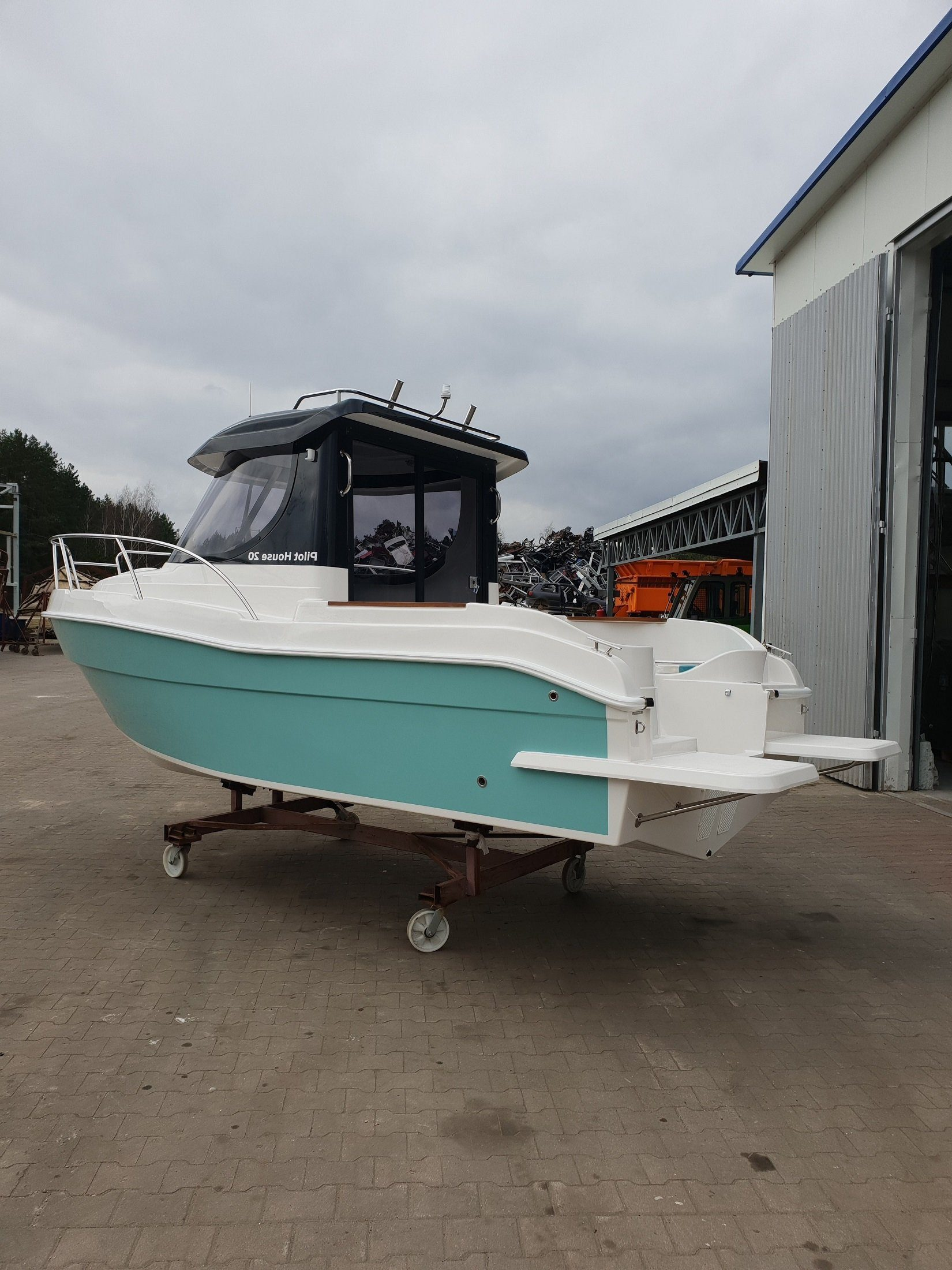 pilothouse 580 planing hull powerboat